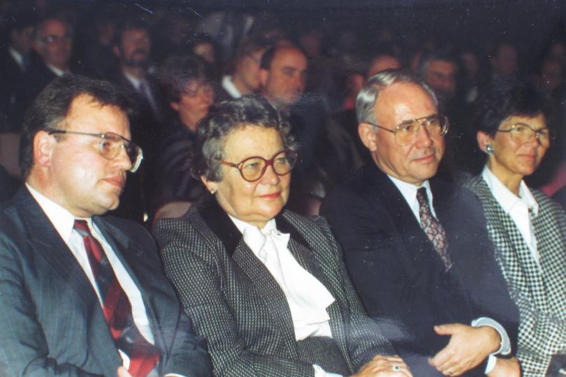 Else Kröner with State Secretary Hans Weiss from the Hessian Ministry for Social Affairs (left) and District Administrator Dr Klaus-Peter Jürgens during the official ceremony marking the 75th anniversary of Fresenius AG in 1987.