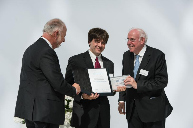 The Chairman of the Board of Trustees Dr. Dieter Schenk awarded the research prize with Keynote Speaker Prof. em. Dr. Dr. h.c. Ernst-Ludwig Winnacker (former president DFG, former president ERC, Human Frontier Science Programm).