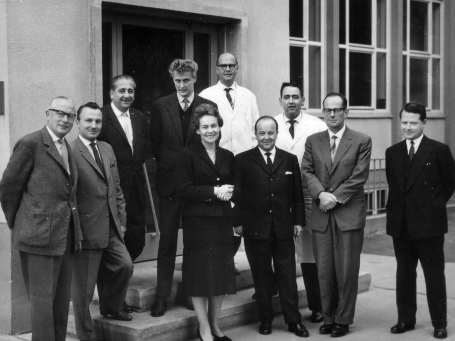 Around 1960: Else Fernau among employees.