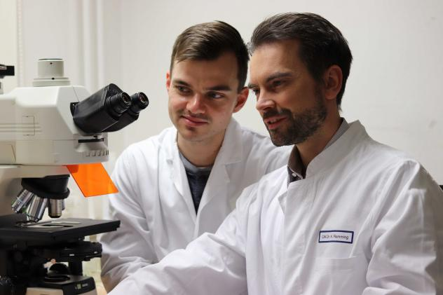 PhD Student Thomas Wohlfahrt and Dr. Andreas Ramming in front of Immunofluorescence Microscope